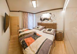 Schlafzimmergestaltung in hellbrauner Glätttechnik