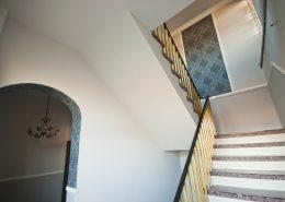 Stiegenhaus - Gestaltung mit Stuck und Tapete