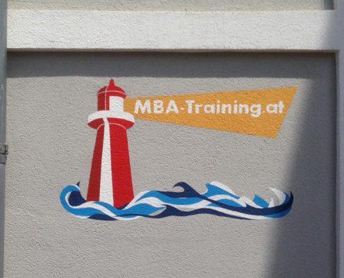 Firmenlogo an der Fassade - MBA-Training
