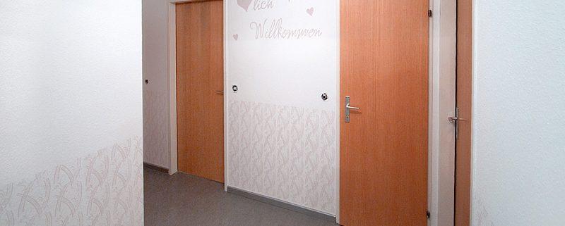 """Vorraum """"Herzlich Willkommen"""" mit Musterwalze"""