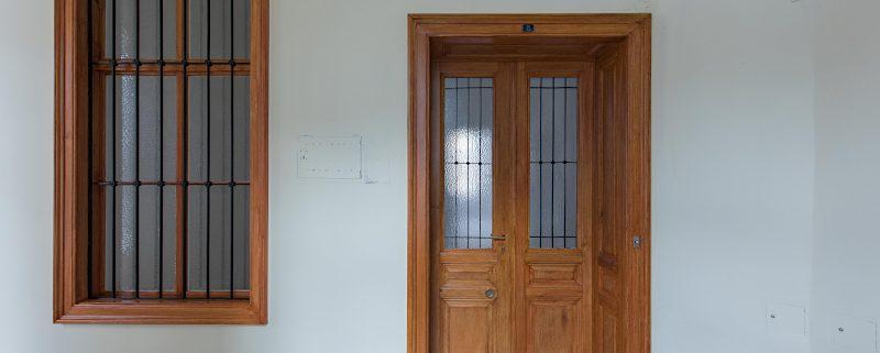Wohnungstür und Gangfenster mit Holzlasur - Holzimitation