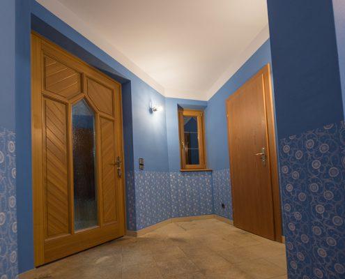 Wandgestaltung mit Musterwalzen in Vorraum, Gaderobe und Stiegenhaus