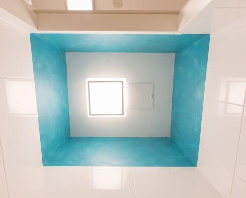 Belebung des Wandstreifens im WC mittels türkiser Lasur