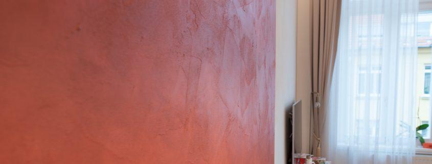 roter Wandstreifen mit Spachteltechnik und Lasur